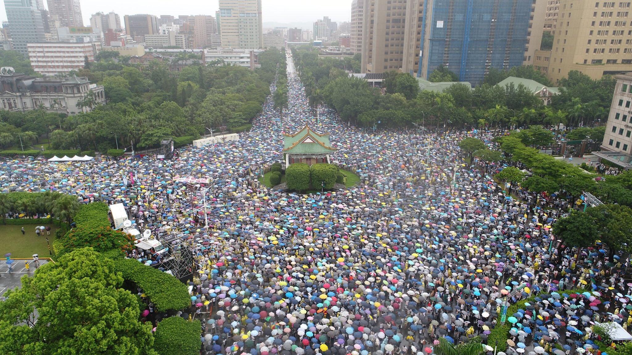 台湾民众冒雨举行反红色媒体渗透大游行2019年6月23日台北