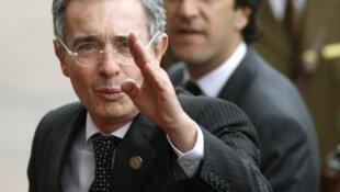 El presidente colombiano Alvaro Uribe en primer plano, junto al canciller Jaime Bermúdez.