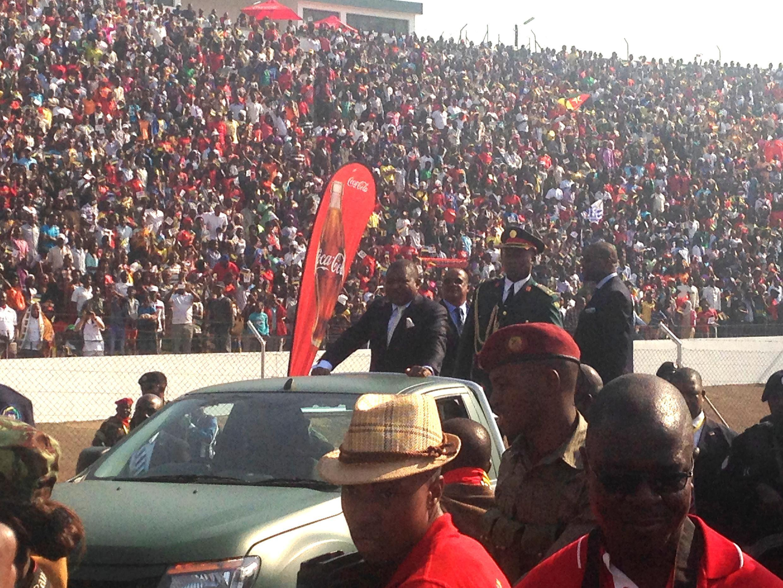 Filipe Nyusi no Estádio da Machava durante a comemoração dos 40 anos da independência de Moçambique