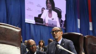 Le président Paul Kagame écoutant Michaëlle Jean en séance, le 12 octobre 2018 à Erevan.