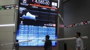 Telão mostra ações da bolsa de valores em queda em Jacarta, depois de forte turbulência financeira na China na segunda-feira (04/01/2016).