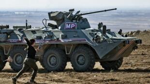 Des kurdes s'en prennent à des blindés d'une patrouille russo-turque à Hasakah dans le nord-est de la Syrie.