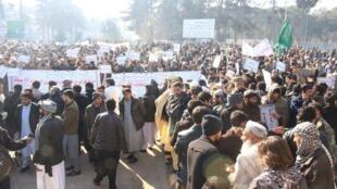 صدها نفر از هواداران نامزدان معترض ولایت هرات در غرب افغانستان روز شنبه ۱۲ ژانویه ۲۰۱۹ در یک تجمع اعتراضی