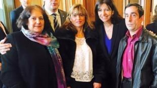 Anne Hidalgo e Hermano Sanches ao lado das porteiras homenageadas