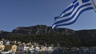 Drapeau grec flottant sur l'île de Kastellorizo, en méditerranée orientale.