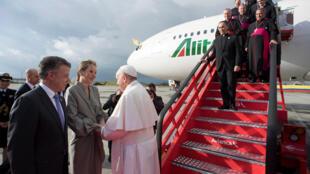 El papa Francisco saluda al presidente Juan Manuel Santos y su esposa al llegar a Colombia, el 7 de septiembre de 2017.