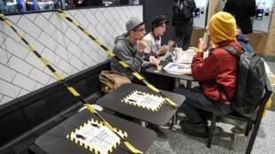 Des clients déjeunent dans un fast food à Stockhom, le 12 novembre 2020, en Suède.