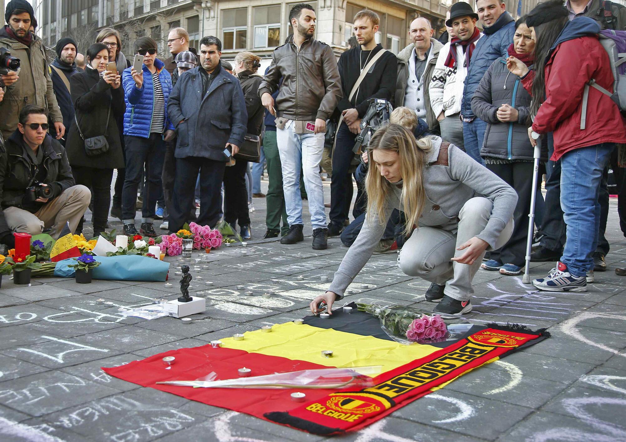 Homenagens àas vitimas dos atentados em frente à Bolsa de Bruxelas.