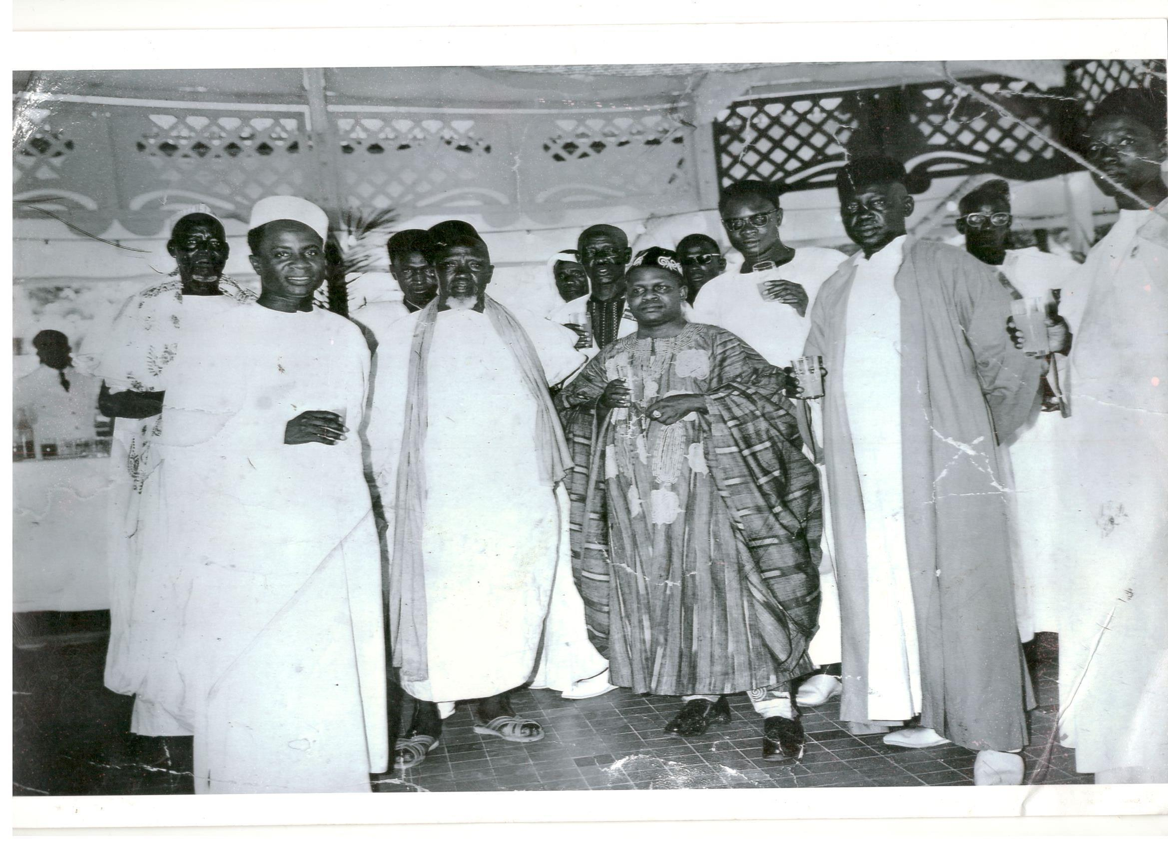 De gauche à droite au premier rang, le ministre Simon-Pierre Kikhounga-Ngot, le fondateur du grand port maritime Yero Thiam et le premier président du Congo Fulbert Youlou, 1960.
