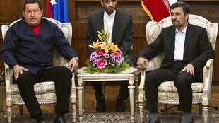 O presidente iraniano, Mahmoud Ahmadinejad, recebe a visita de Hugo Chavez em Teerã.