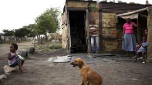 Família de mineiros em Sondela, favela nas proximidas de Rustemburgo, na África do Sul.