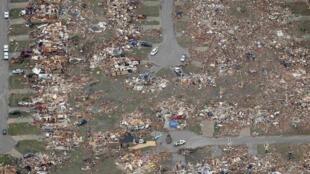 Vue aérienne de la ville de Moore, complètement détruite, le 21 mai 2013.