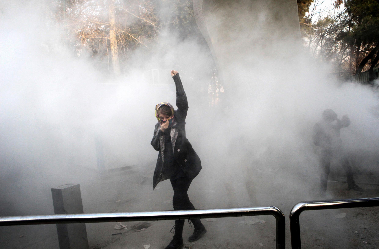 Une manifestante au milieu des gaz lacrymogènes à l'Université de Téhéran, le 30 décembre.
