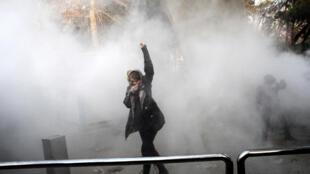 Une manifestante au milieu des gaz lacrymogènes à l'Université de Téhéran, le 30 décembre 2017.