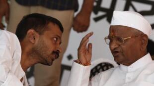 Le militant anticorruption Anna Hazare (à droite) et un membre de son groupe, lors de sa grève de la faim, jeudi 2 août 2012 à New Delhi.