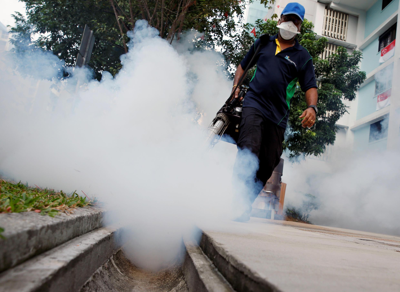 Funcionário combate o mosquito transmissor do Zika em Cingapura, nesta quinta-feira, 1° de setembro de 2016.
