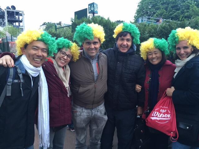 Sérgio Tanaka (à esq.) veio a Paris com o grupo de amigos para comemorar seus 50 anos de idade.