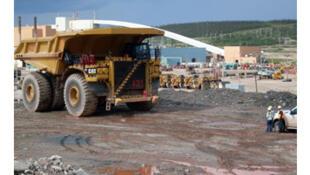 Sur le site minier du Mont-Wright, propriété d'ArcelorMittal, un camion monstrueux de 400 tonnes, aussi haut qu'une maison de deux étages.