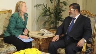 Rais wa Misri Mohamed Morsi akiwa na waziri wa mambo ya nje wa Marekani Hilary Clinton