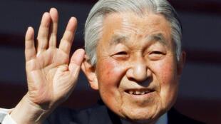 日本明仁天皇2019年元旦在皇宮向前來祝福新年的民眾揮手致意。他將在當年4月30日退位,平成年號將相應結束。