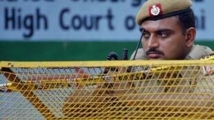 Un policier indien se tient devant les lieux de l'attentat du 8 septembre dernier.