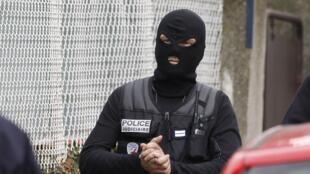 Агент спецназа перед домом в котором забаррикадировался серийный убийца. Тулуза 21/03/2012