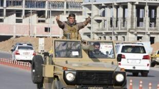 Un convoi de peshmergas kurdes traverse Erbil (capitale du Kurdistan irakien) pour rejoindre Kobane, le 28 octobre 2014.