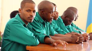 Joël Mutabazi assis avec ses co-accusés au premier jour de son procès, le 28 janvier 2014, à Kigali.