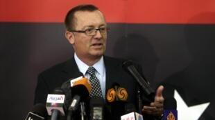 O sub-secretário de Estado norte-americano para o Oriente Médio, Jeffrey Feltman, durante coletiva nesta terça-feira(24), em Benghazi.