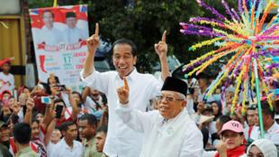 Le président indonésien Joko Widodo, candidat aux prochaines élections présidentielles et son co-listier, saluent leurs partisans lors d'un carnaval de campagne à Tangerang, dans la province de Banten, en Indonésie, le 7 avril 2019.