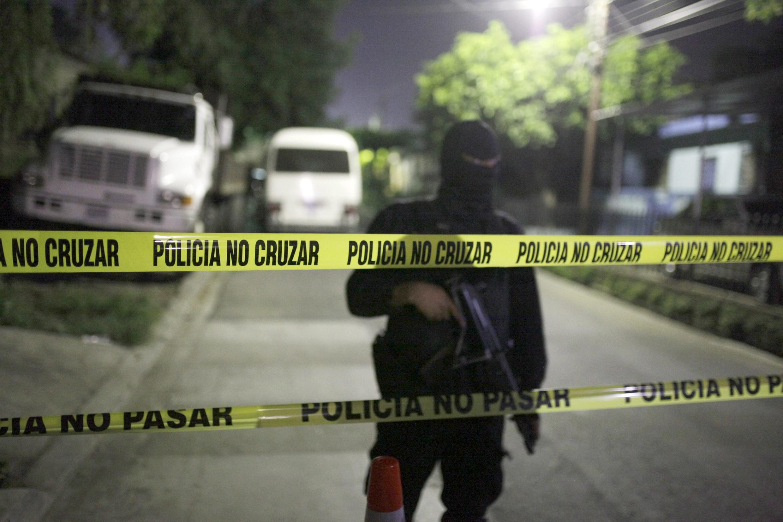 Un policía vigila en los alrededores del penal de Quezaltepeque, donde una purga entre pandillas dejó 14 muertos, este 22 de agosto de 2015.