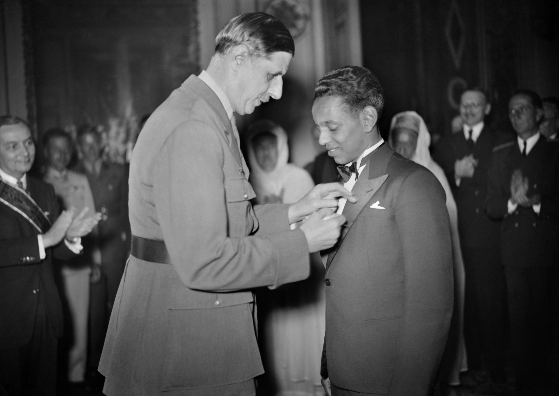 Le 15 juin 1945, le Général de Gaulle remet la Croix de la Libération au jeune prince Moulay Hassan par le Général de Gaulle .