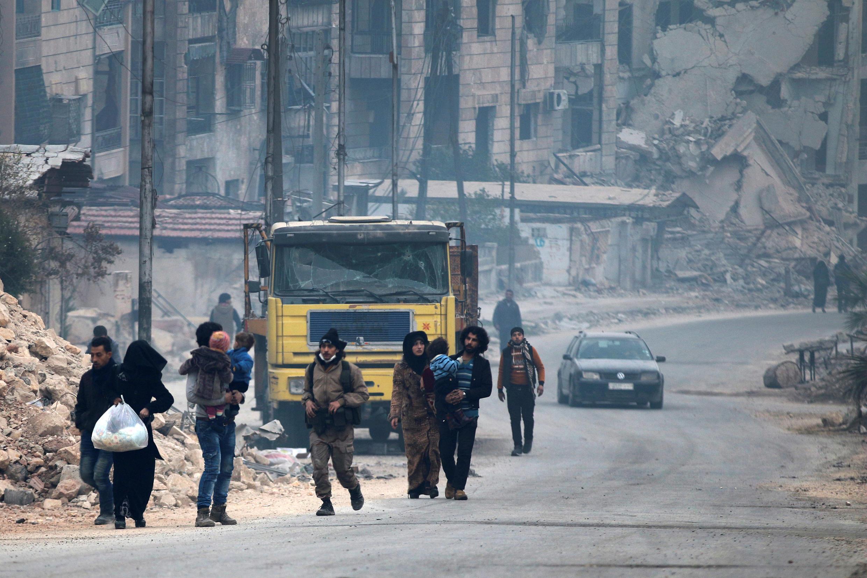 As forças sírias pró-governo mataram ao menos 82 civis, entre eles mulheres e crianças, no leste de Aleppo, onde estão entrincheirados grupos da oposição.