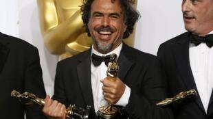 Alejandro Gonzalez Iñarritu tient trois de ses Oscars, le 22 février 2015.