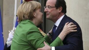 François Hollande recibe en el palacio del Eliseo a la canciller alemana Angela Merkel, el 12 de noviembre de 2013.