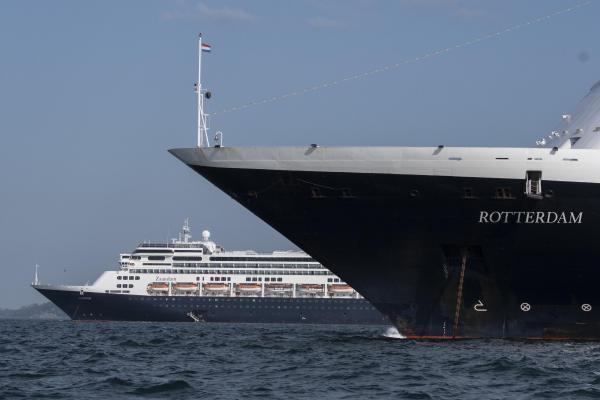 Le navire Rotterdam, devant le Zaamdam, sur la baie de la ville du Panama, le 28 mars 2020.