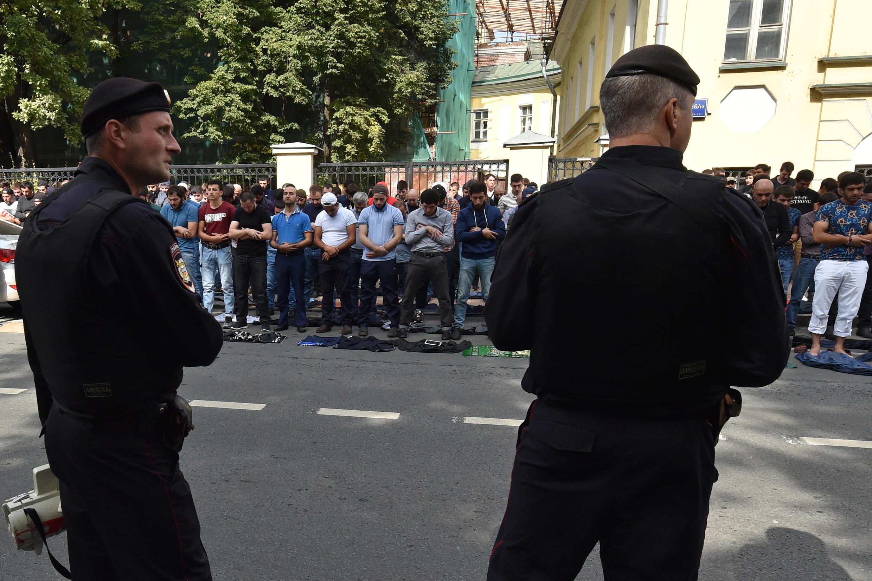 Сотни мусульман вышли на акцию протеста к посольству Бирмы в Москве, протестуя против действий Бирмы в отношении мусульманского меньшинства рохинджа