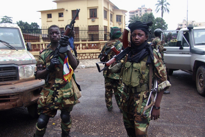Combattants de la Seleka devant le palais présidentiel à Bangui, le 25 mars 2013.