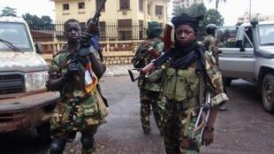 Des combattants de la Seleka devant le palais présidentiel à Bangui, le 25 mars 2013.