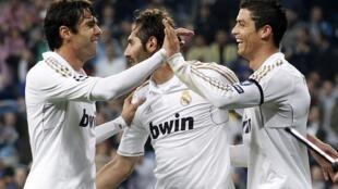 Os atacantes do Real Madrid, Kaká e Cristiano Ronaldo, comemoram o gol do primeiro com os colegas de time, nesta quarta-feira.