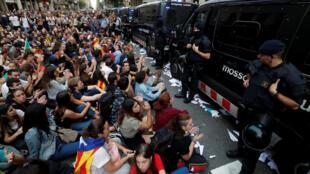 Manifestantes protestaram nesta segunda-feira em Barcelona e se preparam para greve na terça-feira.