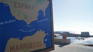 A l'extrême pointe sud de l'Espagne, seuls 14 kilomètres séparent l'Espagne du Maroc. Dans cet endroit du détroit de Gibraltar se rencontrent l'océan Atlantique et la mer Méditerranée, balayant de fortes bourrasques les embarcations qui s'y aventurent.