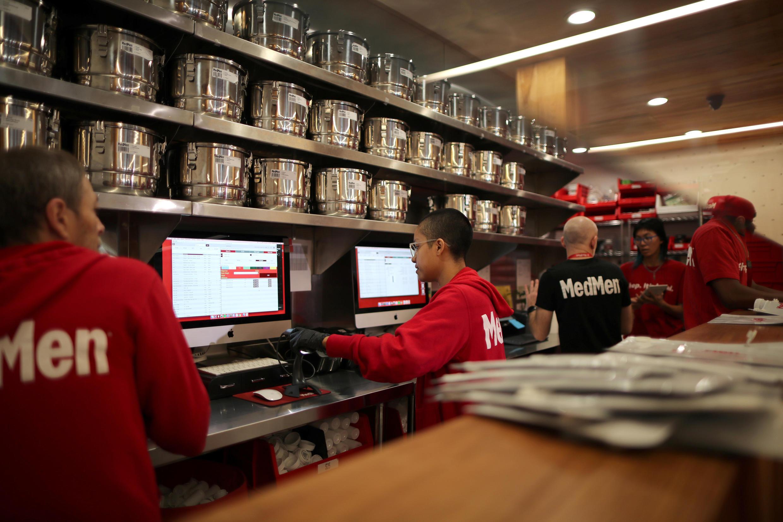 Des employés d'un magasin MedMen à West Hollywood préparent des commandes de cannabis à usage récréatif, le 2 janvier 2018.