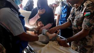 Criança síria recebe tratamento em um posto médico militar jordaniano na cidade de Mafraq, perto da fronteira conjunta Jordânia-Síria.