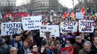 法國民眾在巴黎共和國廣場示威抗議警方暴力執法,2017年2月18日。