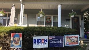 Devant une maison de Scranton, plusieurs panneaux de soutien. L'un pou Joe Biden, l'un pour le personnel médical, l'un pour le sénateur démocate en lice localement et un autre pour les services postaux.