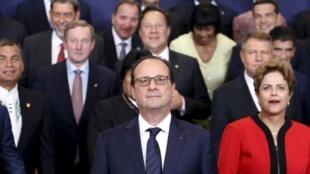 Le président François Hollande en compagnie d'un parterre de chefs d'Etat et de gouvernement d'Amérique latine, des Caraïbes et d'Europe, le 10 juin 2015, à Bruxelles.