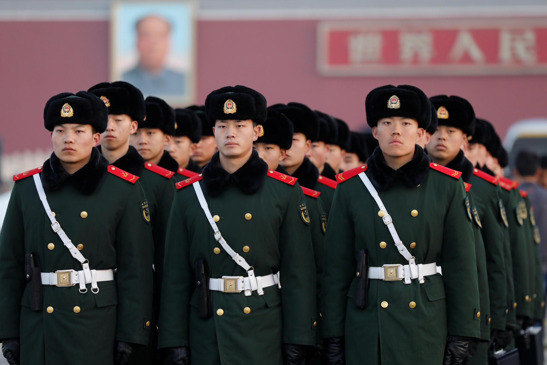 Des membres des forces de l'ordre chinoises en manoeuvre sur la place Tiananmen, le 3 mars 2017. Des centaines de milliers de policiers, soldats et bénévoles quadrillent Pékin.