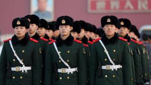 Polisi wa China wakifanya mazoezi katika eneo la Tiananmen Machi 3, 2017. Maelfu ya polisi, askari na watu wanaojitolea wakizingira mji wa Beijing.