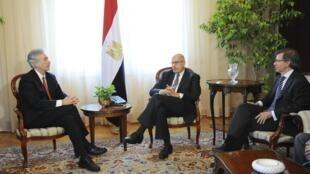 Da esquerda para a direita: o secretário-adjunto de Estado americano, William Burns, o ex-vice-presidente interino e prêmio Nobel da Paz, Mohamed El Baradei, e o emissário da União Europeia no Egito, Bernardino Leon, em reunião no Cairo, no dia 3 de agosto